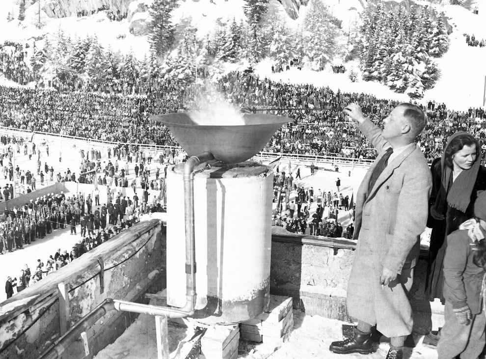 Зажжение олимпийского огня  на открытии V зимних Олимпийских играх на стадионе в Швейцарии, 30 января 1948