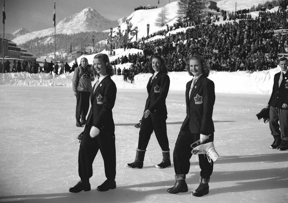 Парад спортсменов на открытии V зимних Олимпийских играх на стадионе в Швейцарии