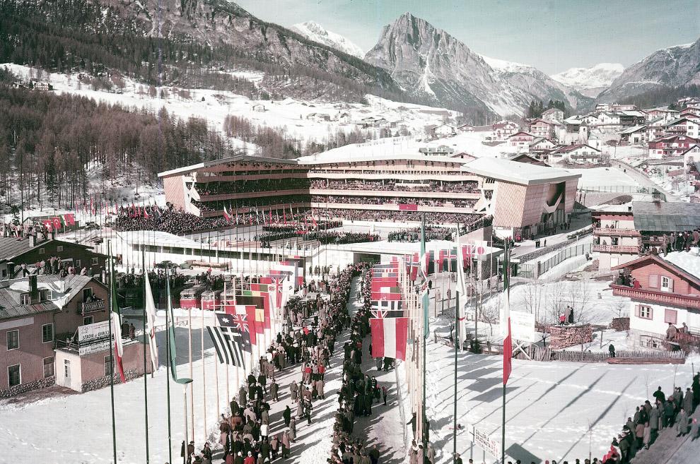 Зрители собираются на ледовый стадион на церемонию открытия седьмых зимних Олимпийских игр