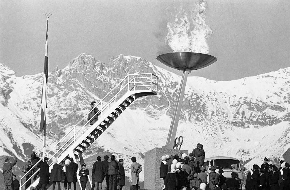 Зажжение олимпийского огня  на открытии IX зимних Олимпийских играх на стадионе в Инсбруке, Австрия, 21 января 1964