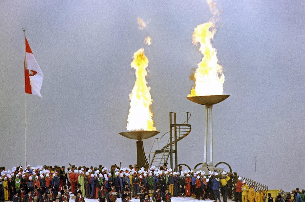 Зажжение олимпийского огня  на открытии XII зимних Олимпийских играх на стадионе в Инсбруке, Австрия