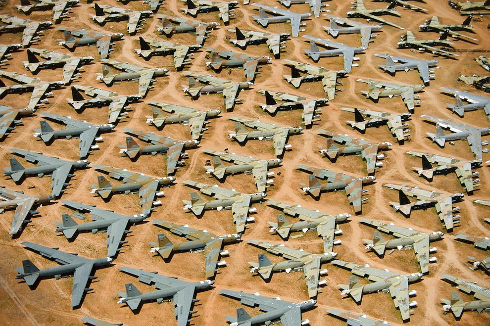 Еще одна фотография бомбардировщиков В-52 на кладбище самолетов в Тусоне, штат Аризона, США