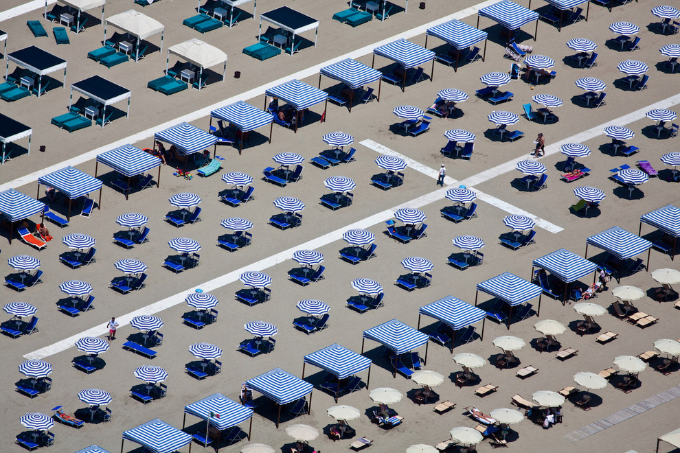 Зонтики в городе-курорте Виареджо, Италия, 2010