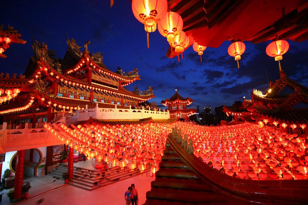 Существует поверье, что злые духи боятся красного цвета, поэтому в день Нового года всюду преобладает красный цвет