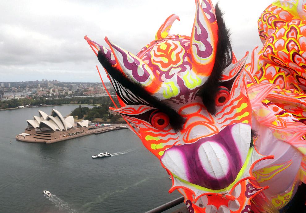 15-метровый китайский дракон наверху Харбор-Бридж в Сиднее