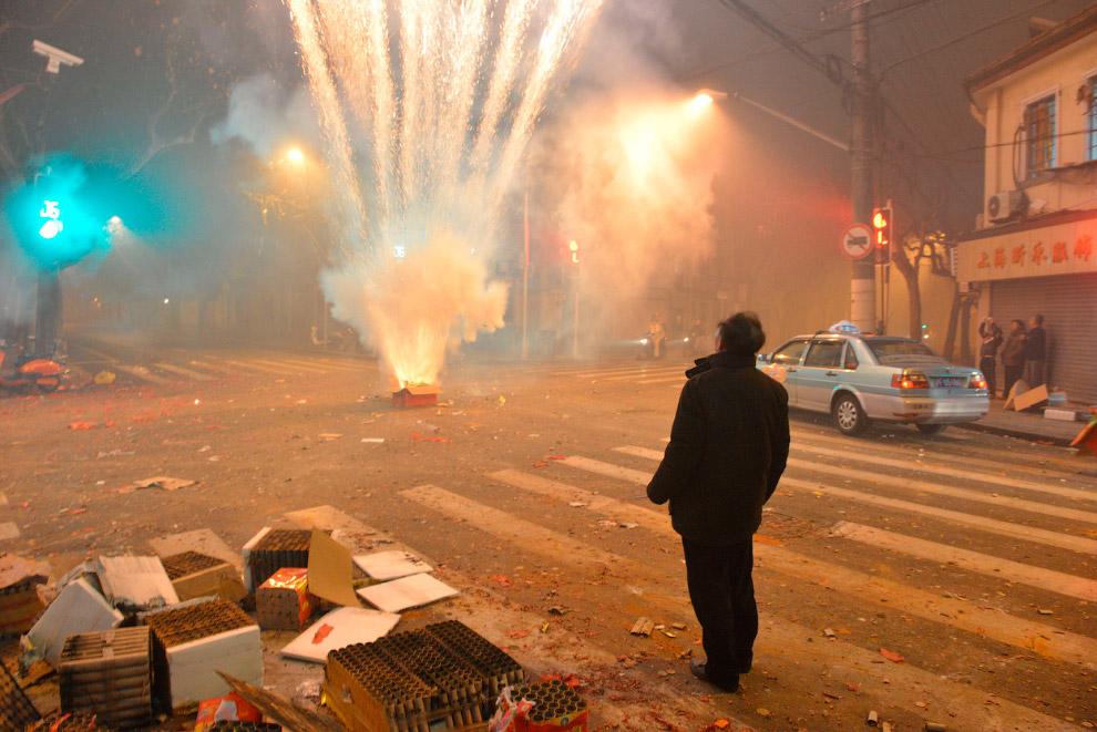 Каждое празднование Китайского Нового года сопровождается запуском фейерверков и сжиганием различных благовоний