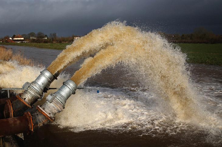 С разливами рек в Великобритании борются около 1 600 военных