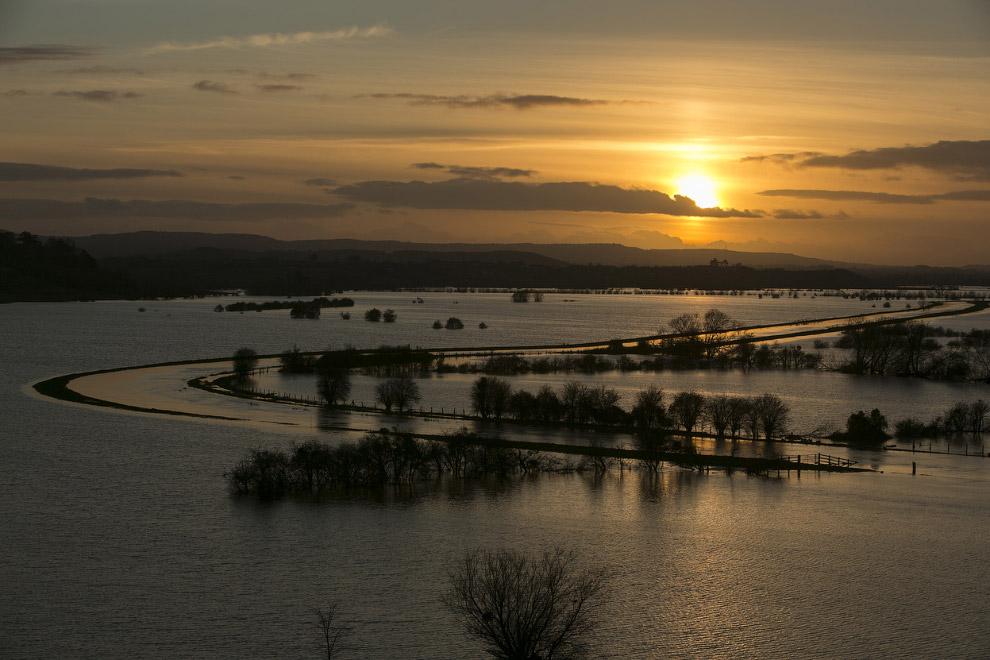 Затопленные поля и дороги в Сомерсете