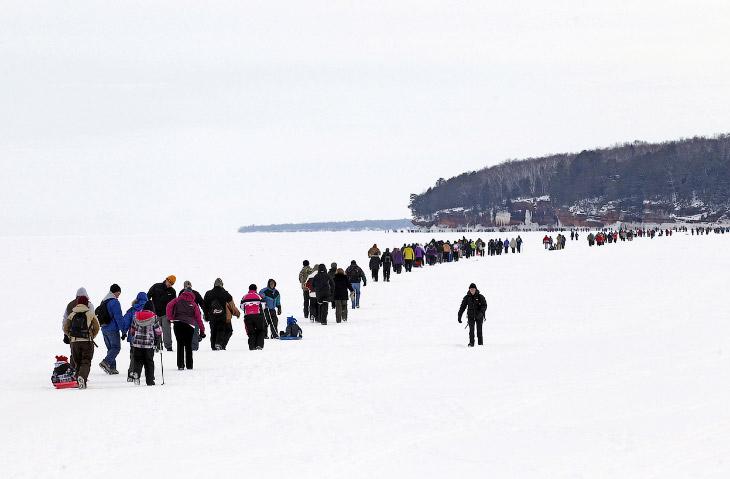 Прогулка по Верхнему озеру к ледяным пещерам