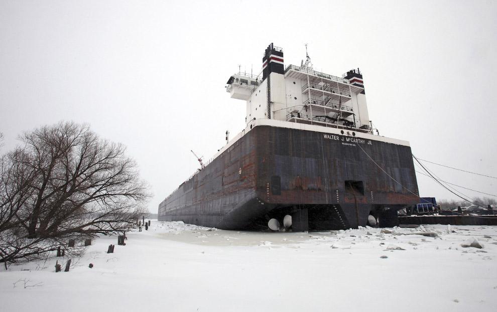 Корабль во льдах на Верхнем озере,