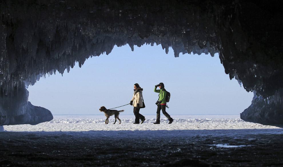 Зимой местные пещеры на Островах Апостола превращаются в ледяные дворцы с уникальной атмосферой