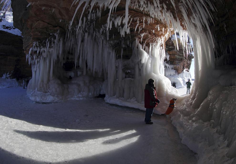 Чтобы попасть к живописным пещерам Островов Апостола, посетители должны пройти 3,2 километра по ледяной тропе через Озеро Верхнее