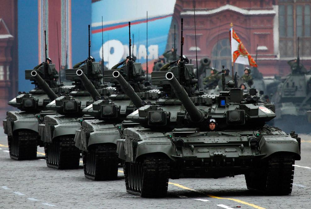 Колонна российских танков Т-90 принимает участие в Параде Победы на Красной площади в Москве