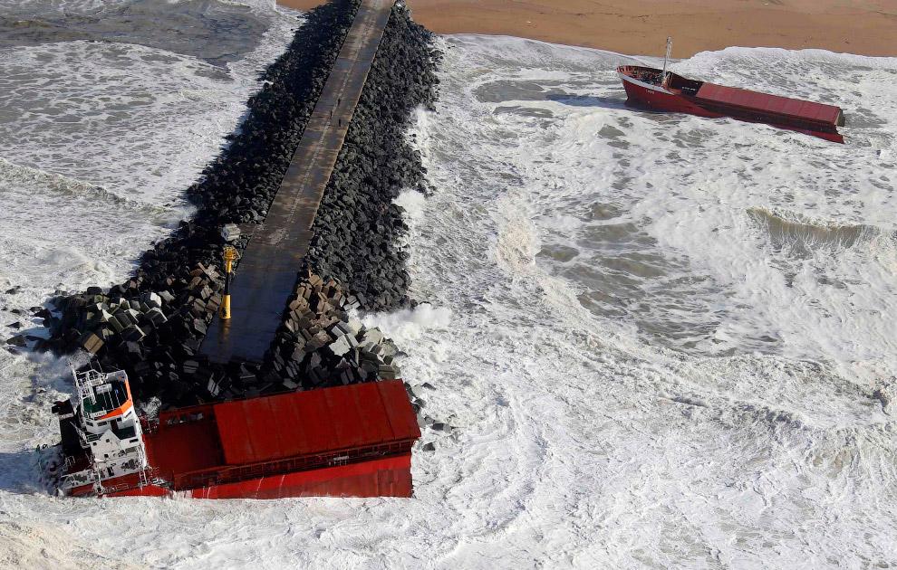 Необычность ситуации состояла в том, что после этого судно разломилось на две части. Одну его часть прибило к берегу, а вторая зацепилась за камни