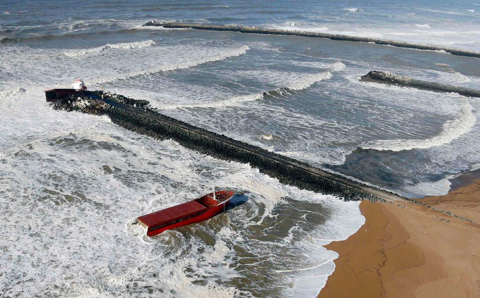 Испанский сухогруз разломился надвое у берегов Франции
