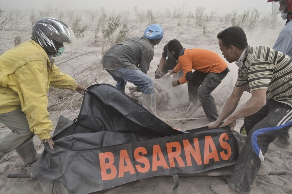 Спасатели убирают жертвы вулкана Синабунг
