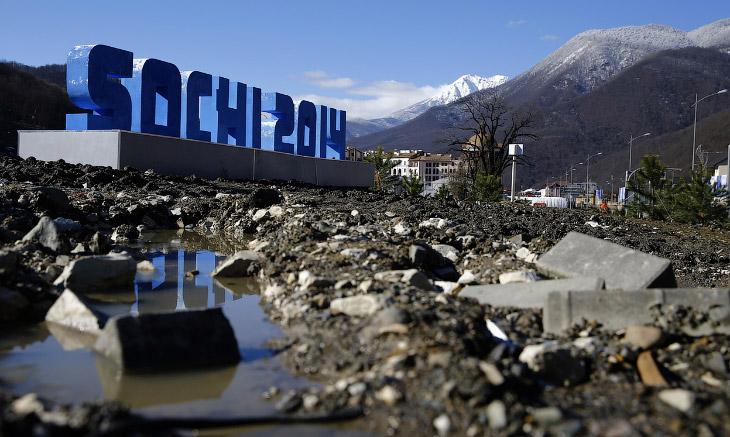 Конечно, основные спортивные объекты и инфраструктура Олимпийской деревни готовы, но временами не все идеально. Так, например, выглядели окрестности Розы Хутор еще 2 февраля