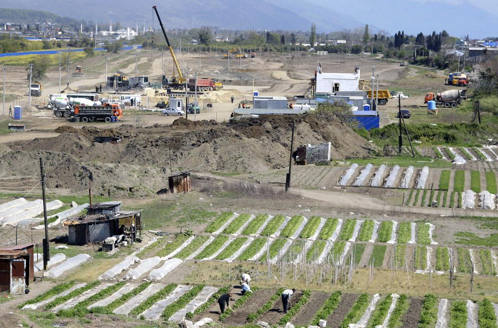 На месте Олимпийской стройки еще работают дачники в своих огородах