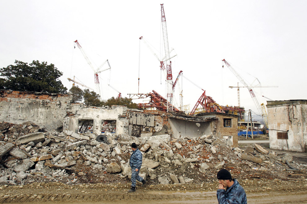 Снос старых жилых домов на фоне стройки Олимпийской деревни