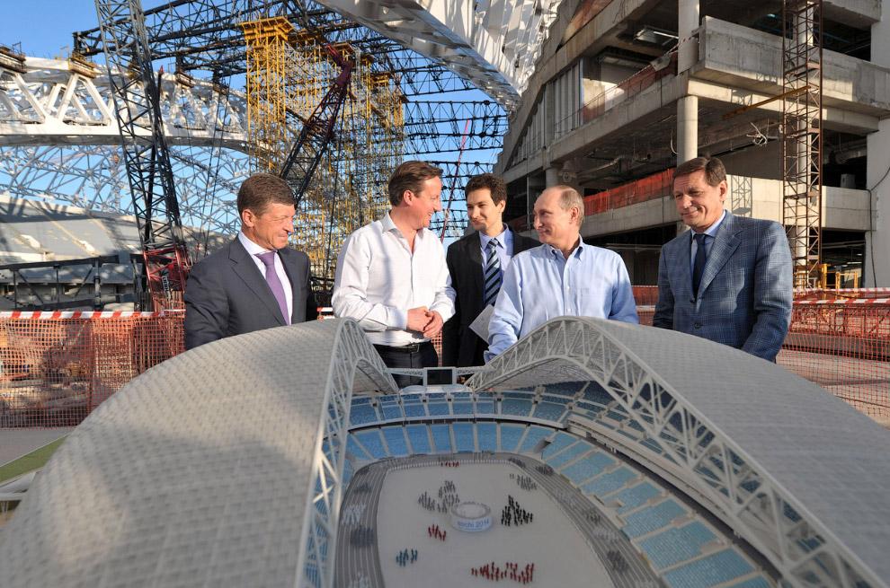 Президент России Владимир Путин и премьер-министр Великобритании Дэвид Кэмерон на месте строительства Олимпийского стадиона «Фишт»