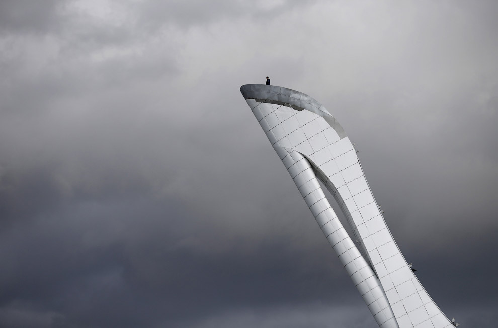 Рабочий наверху чаши Олимпийского огня