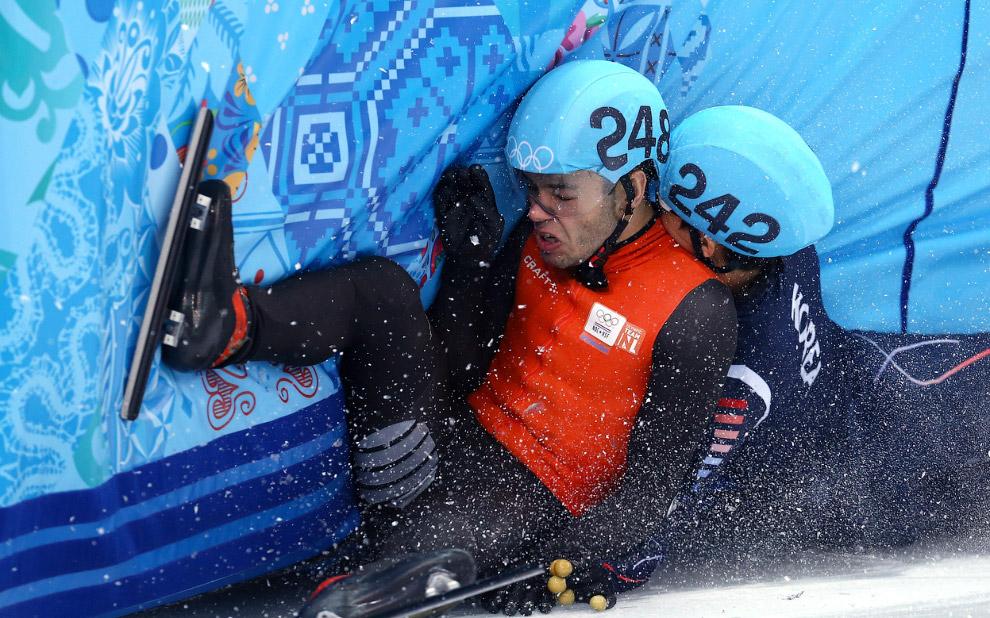 Голландский конькобежец Шинкье Кнегт упал в финале по шорт-треку на дистанции 1 500 метров, прошедшем во дворце зимнего спорта Айсберг