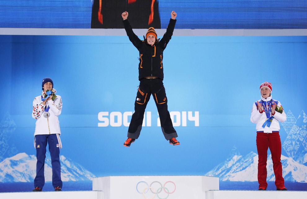 Спортсменка из Нидерландов Ирен Вюст радуется победе после забега на 3 000 метров в соревнованиях по конькобежному спорту