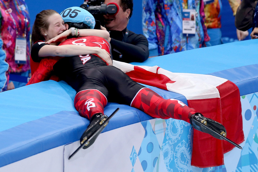Золотой медалист Чарльз Хамельн из Канады обнимает свою невесту после победы в финале по шорт-треку на 1500 м