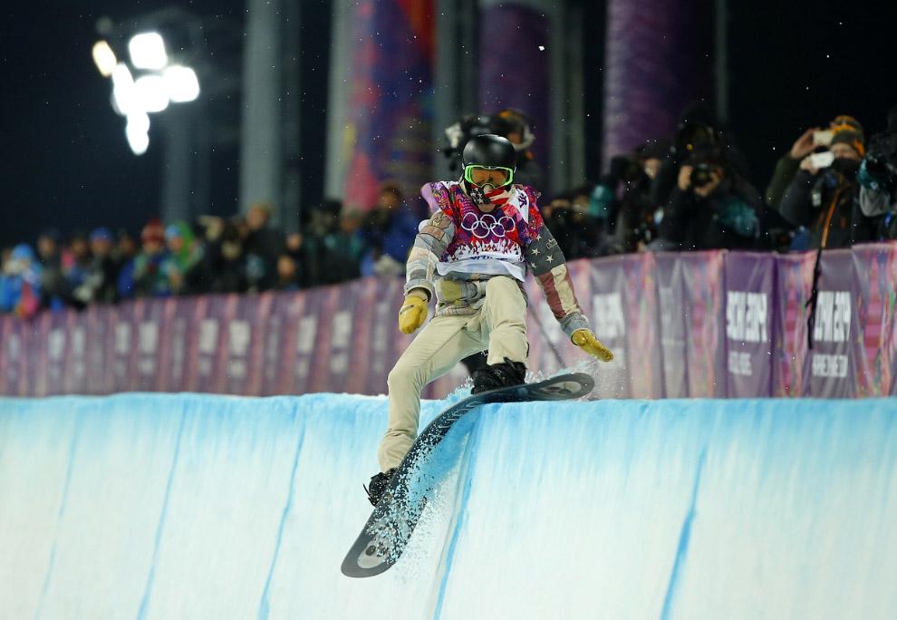 Шон Уайт из США во время соревнований по сноуборду в хафпайпе на Олимпийских играх в Сочи