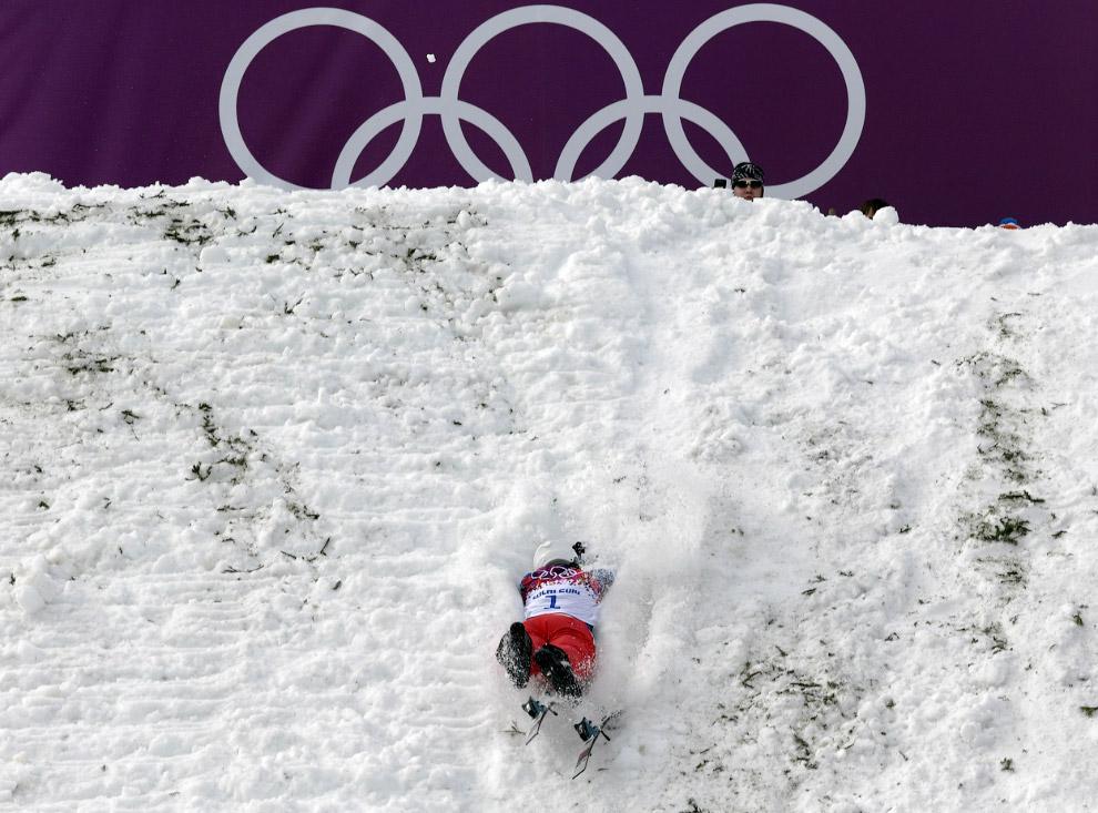 Китайский спортсмен улетел в сугроб во время горнолыжного фристайла