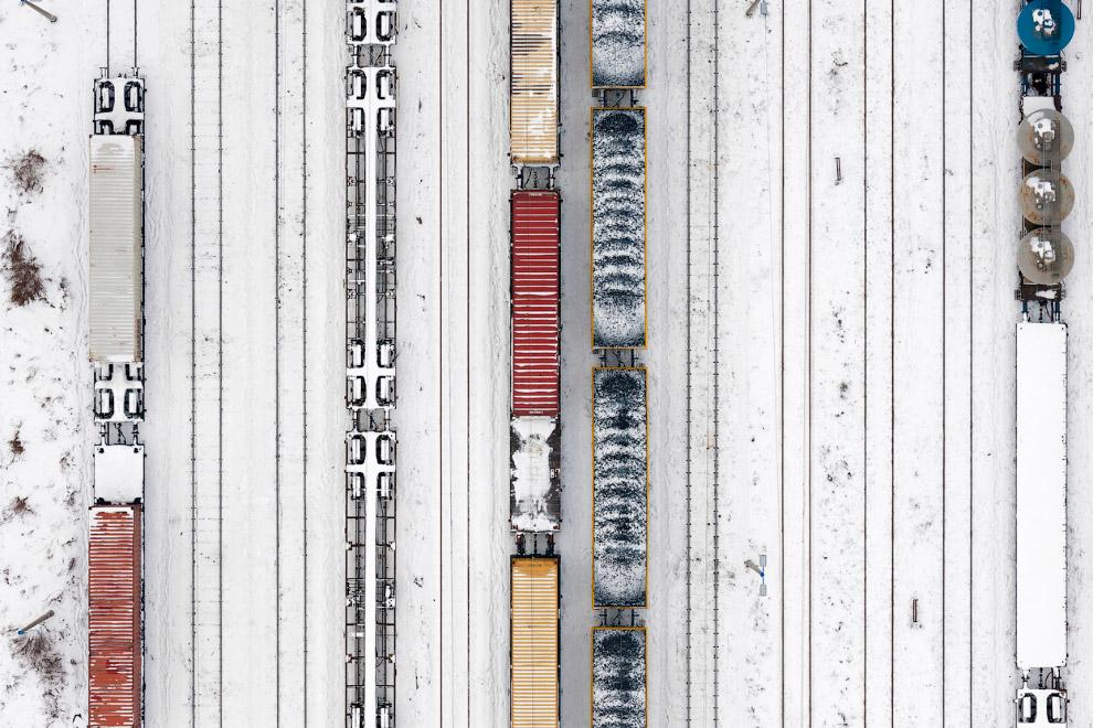 Поезда и заснеженные вагоны. Вид сверху