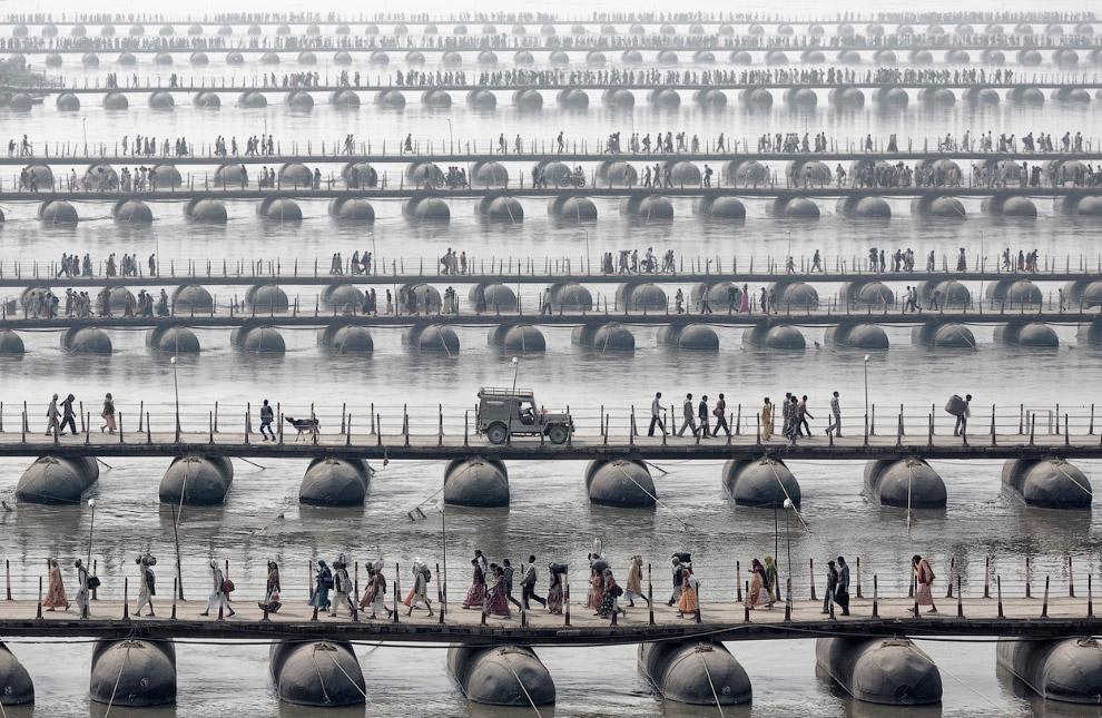 Паломники на понтонных мостах во время Маха Кумбха Мела, Индия