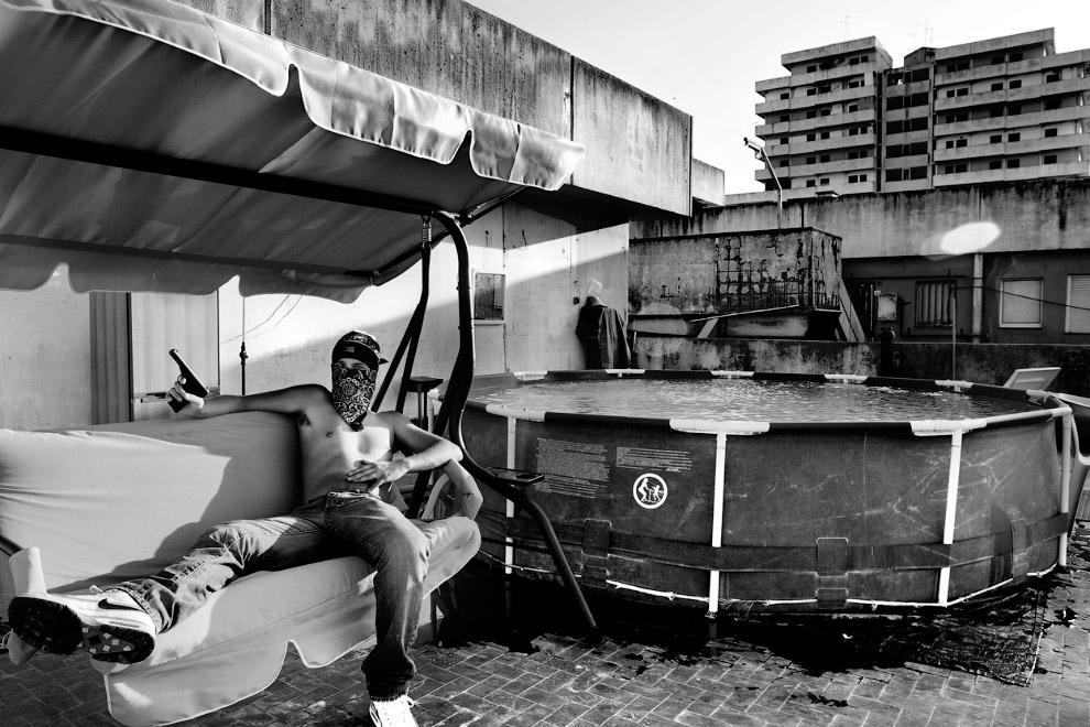 Районе Скампия, Неаполь. Самое большое место в Европе по продаже оружия