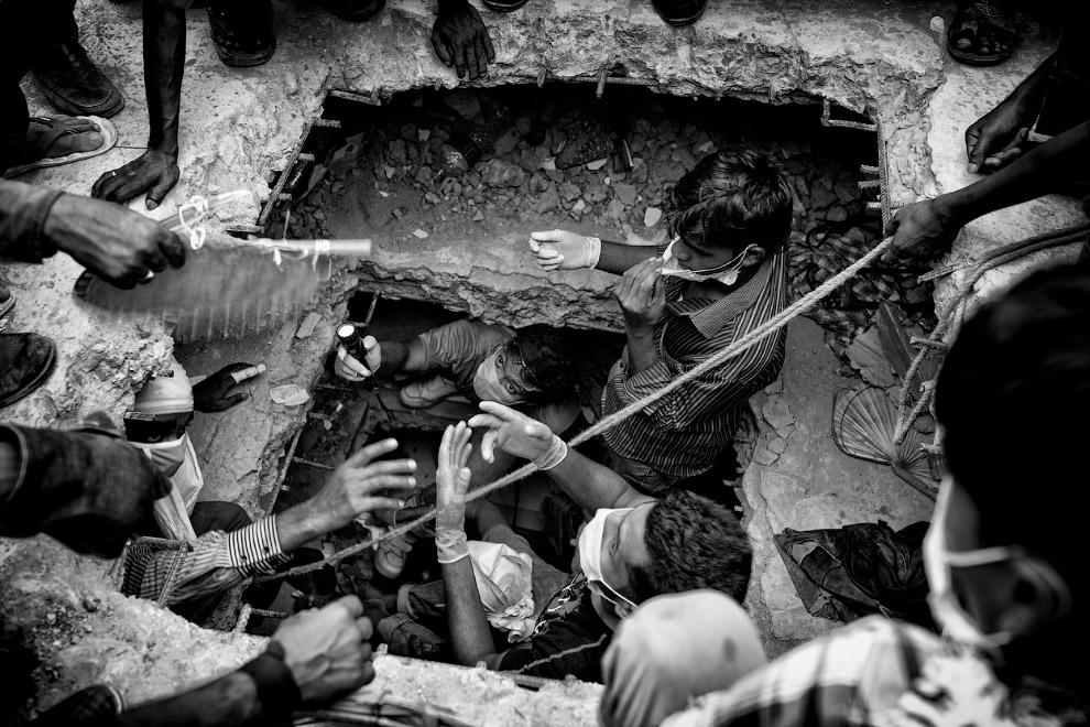 Спасательные работы. 24 апреля 2013 в пригороде столицы Бангладеш Дакки около 7 утра по Москве обрушился 8-этажный комплекс Rana Plaza, в котором находились швейные фабрики, банк и множество магазинов
