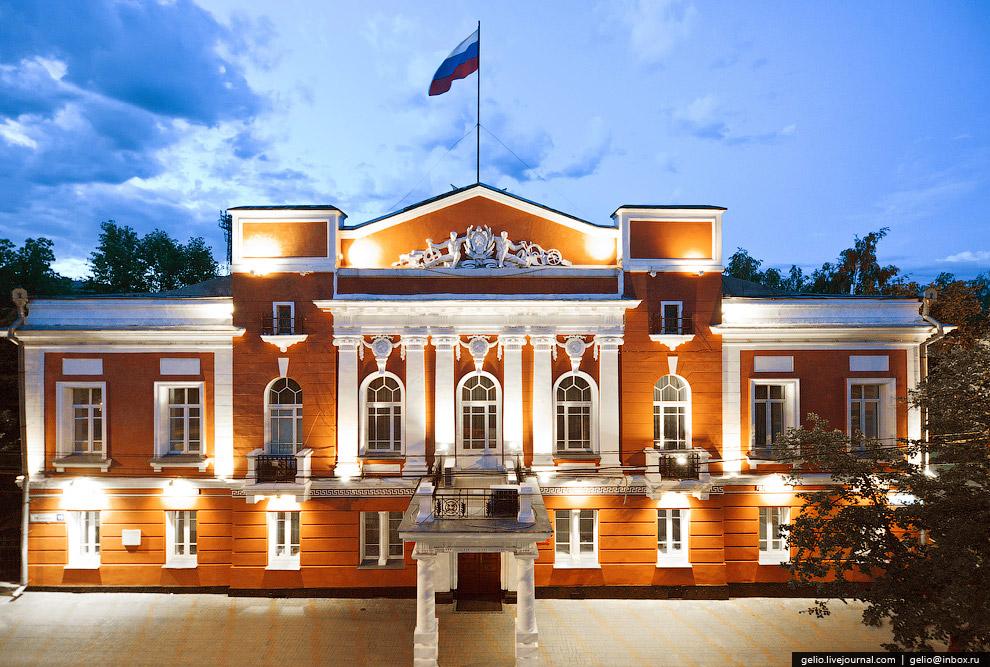 Здание в стиле русского классицизма было построено в 1827 году для начальника Алтайского горного округа.