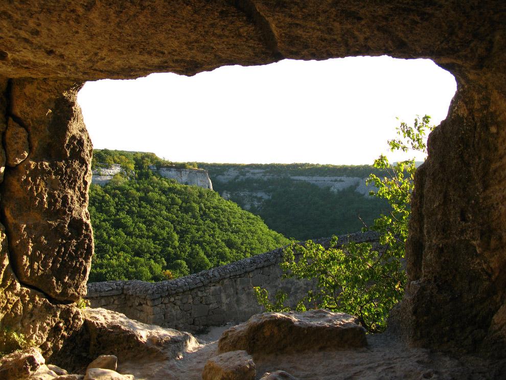 Средневековый город-крепость Чуфу́т-Кале́ в Крыму