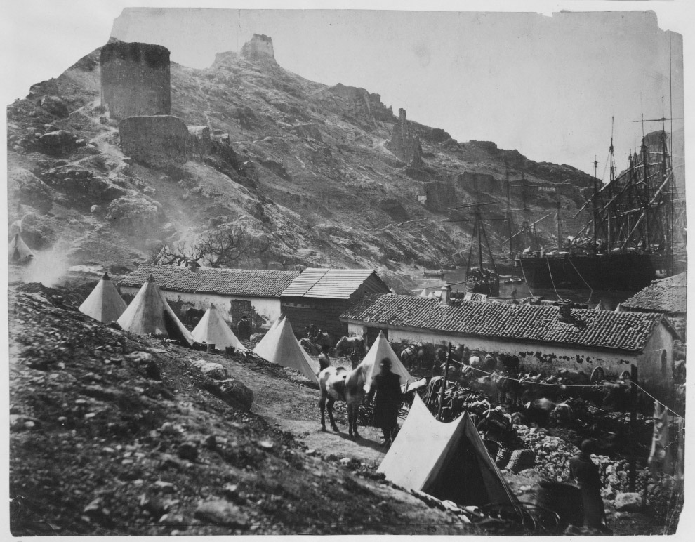 Корабли в Балаклавской гавани, палаточный городок и Генуэзская крепость