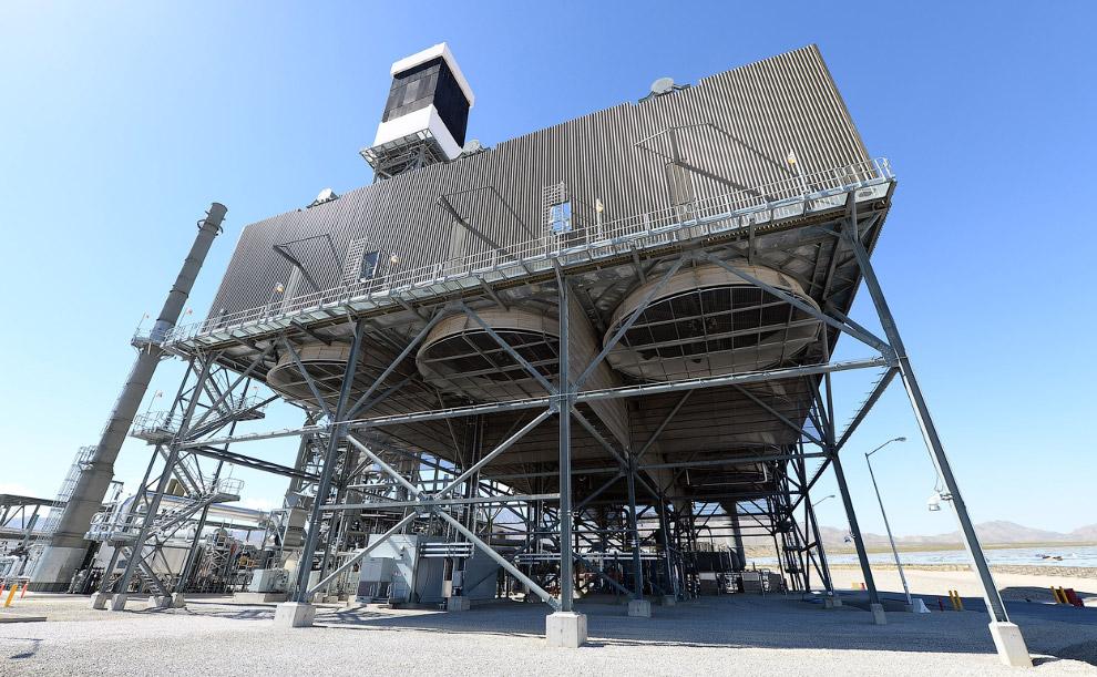 Внизу каждой из трех электростанций находятся охлаждающие системы. Вверху — паровой котел