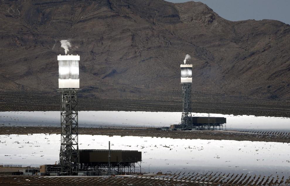 Две из трех электростанций. Видно, как вырабатывается пар в котлах от солнечной энергии