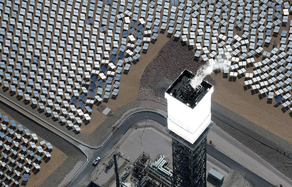 Так светится башня-приемник солнечной энергии с котлами внутриТак светится башня-приемник солнечной энергии с котлами внутри