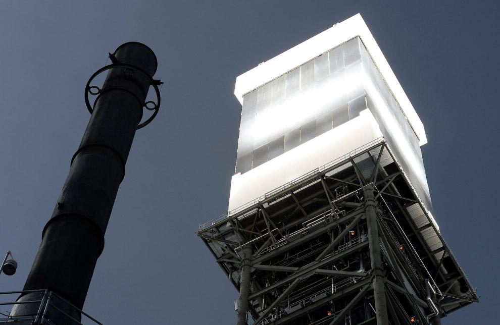Так светится башня-приемник солнечной энергии с котлами внутри