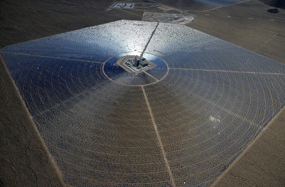 Вид с воздуха на одно из зеркальных полей с электростанцией посредине