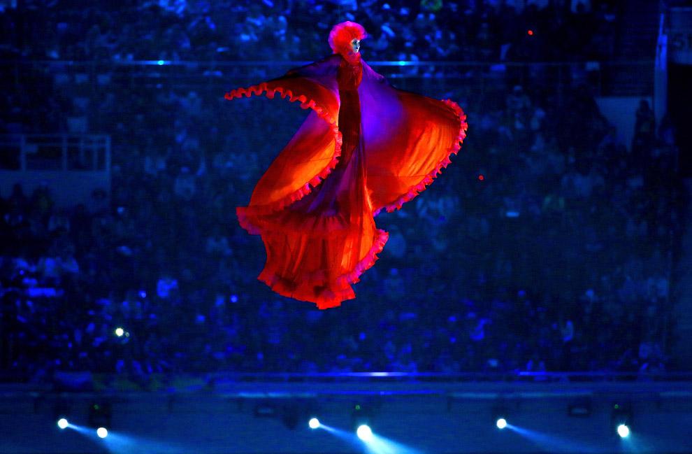 Главной героиней церемонии стала Жар-птица, она начала свой полёт далеко в космосе и постепенно приближалась к Сочи