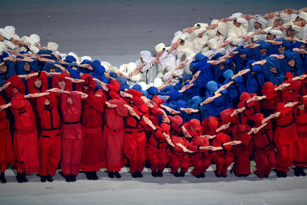 На арену выходит сводный российский хор, 376 человек