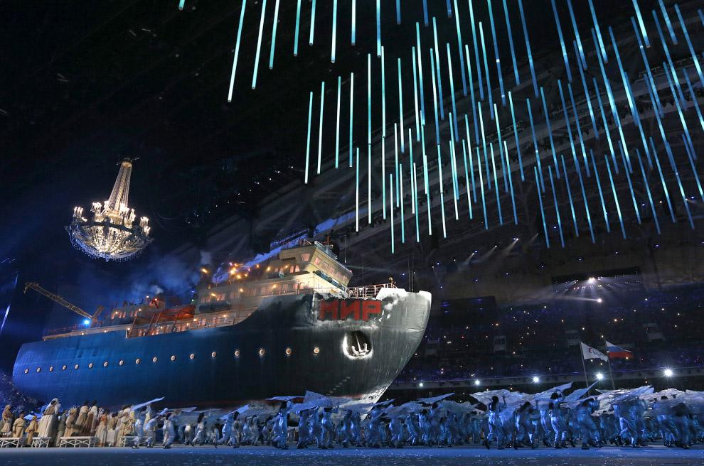 В конце церемонии на сцене появился огромный ледокол