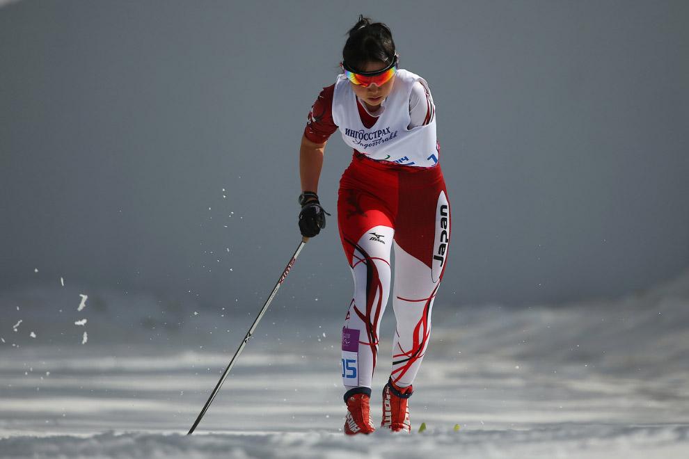 Спортсменка из Японии в соревнованиях на лыжах