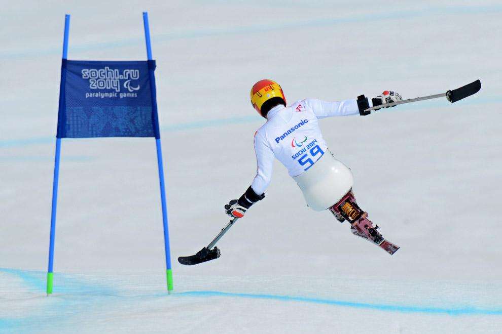 Горные лыжи Скоростной спуск стоя. В кадре японский спортсмен Такеши Сузуки