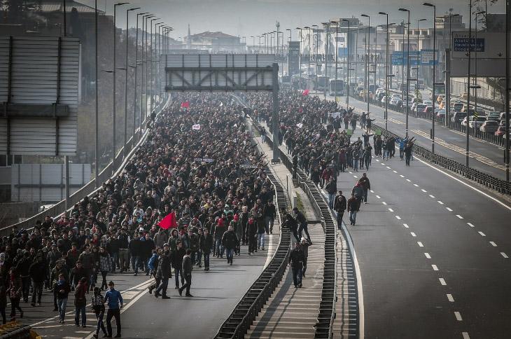 Люди идут на похороны подростка, ставшего жертвой летних протестов в Стамбуле и скончавшегося после 9 месяцев комы