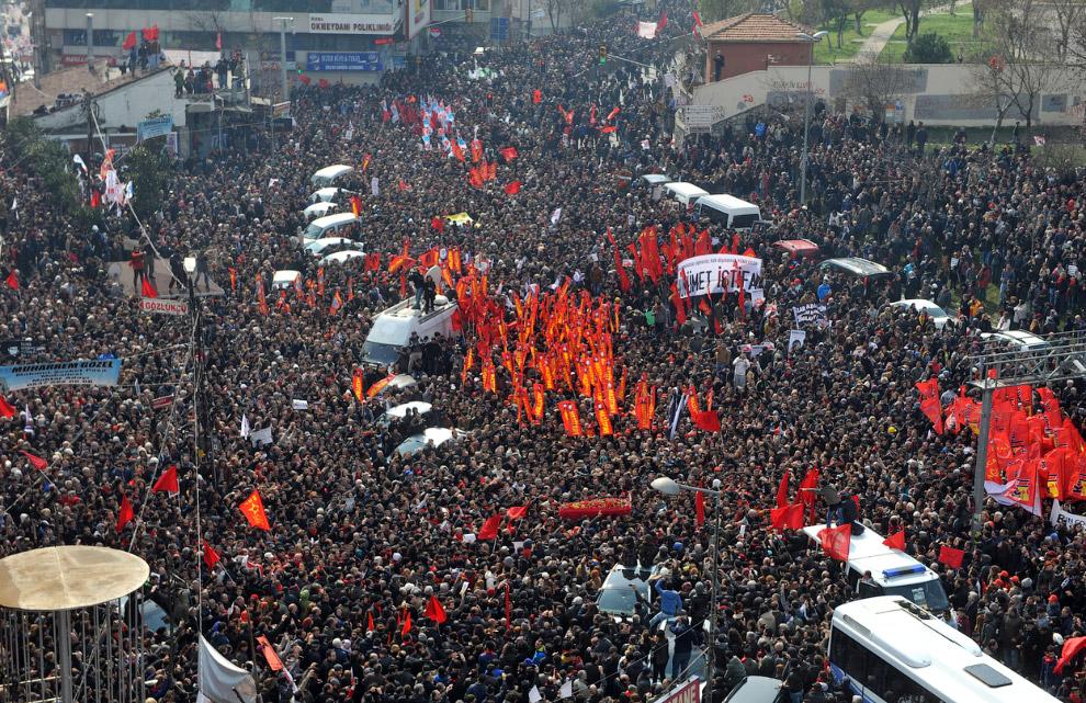Тысячи и тысячи протестующих пришли на прощание
