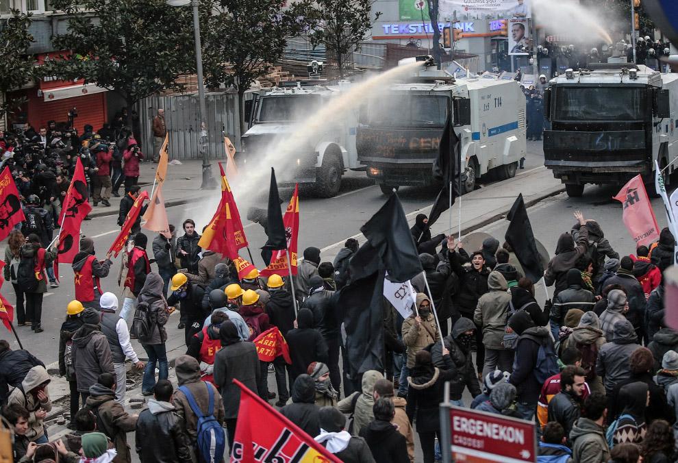 ОМОН начал разгонять толпу водометами и слезоточивым газом